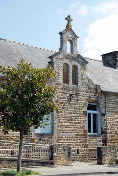 Ville de Combourg, centre culturel de la ville, arbre et volets bleus, département d'Ille-et-Vilaine, Bretagne, France