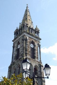 Ville de Combourg, clocher église Notre-Dame de Combourg et lanterne en premier plan, département d'Ille-et-Vilaine, Bretagne, France