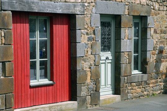 Ville de Combourg, maison bretonne, façade en granit et porte rouge, département d'Ille-et-Vilaine, Bretagne, France