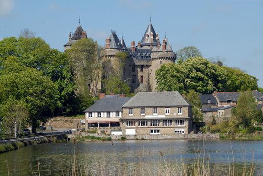 Ville de Combourg, Château de Combourg classé Monument Historique depuis 1966, et le lac Tranquille, département d'Ille-et-Vilaine, Bretagne, France