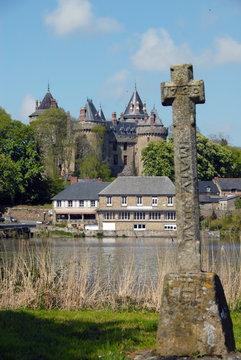 Ville de Combourg, Château de Combourg, le lac Tranquille et une croix bretonne en premier plan, département d'Ille-et-Vilaine, Bretagne, France