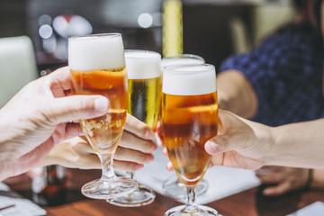 Foto op Plexiglas Bier / Cider 生ビールで乾杯する風景