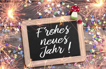 Kreidetafel mit Konfetti Marienkäfer und Glückspilz Fliegenpilz Happy New Year mit Wunderkerzen