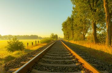 Einsame Bahnstrecke im morgendlichem Farbspiel