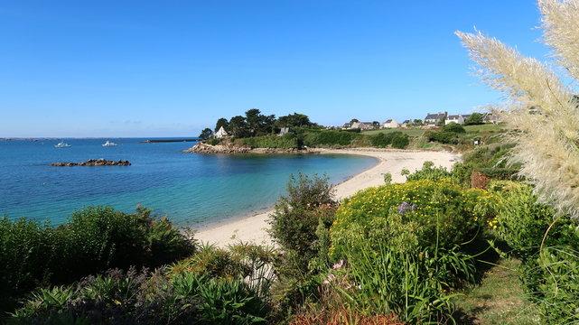 Panorama sur une plage de l'île de Batz, en Bretagne (France)