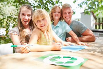 Glückliche kreative Familie malt zusammen