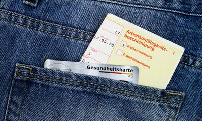 Krankschreibung und Gesundheitskarte in Hosentasche