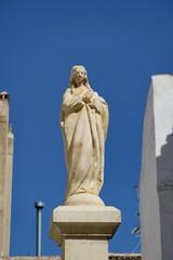statue blanche de la vierge, ciel bleu