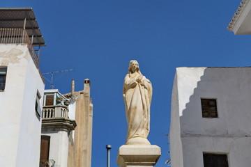 Statue  blanche de la Vierge sur ciel bleu