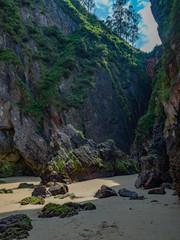Playa de la Franca (Beach of La Franca) w lipcowy słoneczny dzień