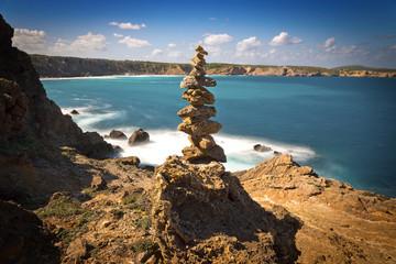 gestapelte Steine am Meer