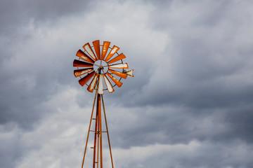 Vieille éolienne dans un champs