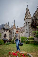 Femme devant le Château de La Rochepot