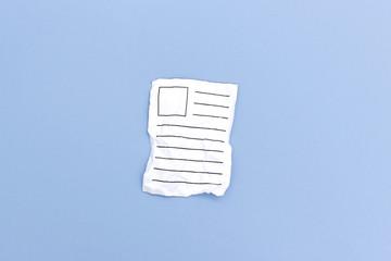 Verknitterter Zettel mit Textzeilen