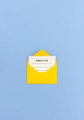 Newsletter in gelbem Umschlag - E-Mail Marketing Konzept