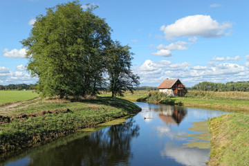 Foto auf Leinwand Fluss Weir and House on Havel river canal in Brandenburg (Germany)