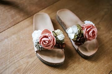 Schöne Sandalen mit Rosen zur Hochzeit