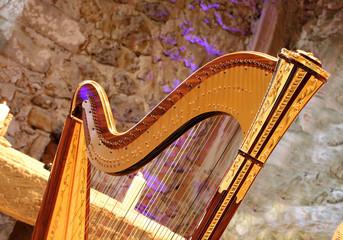 Harfe in einer Kirche