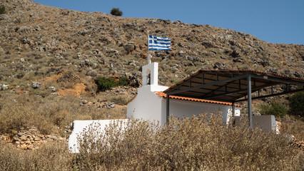 Griechische kleine weiße Kapelle in den Bergen