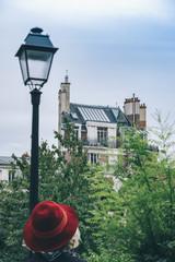 Vue de paris, immeuble typique, atelier, rue et lampadaire