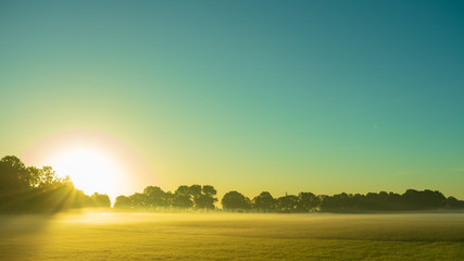 Farbenspiel der aufgehenden Sonne in ländlicher Umgebung. - Standort: Deutschland, Nordrhein - Westfalen, Borken-Marbeck