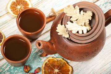 чай стоит на столе рядом осенние листья