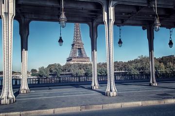 Fototapete - Bir-Hakeim bridge and Eiffel tower in Paris
