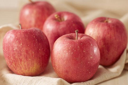 麻布にノーブランドのリンゴ