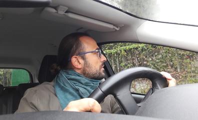 Uomo alla guida dell'auto - distratto