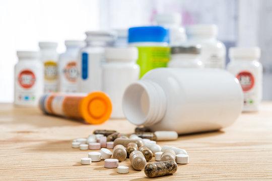 Tabletten auf Holztisch