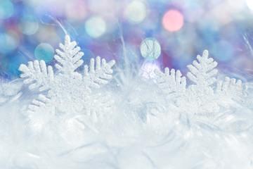 Winterliche Szene mit Schneeflocke und Fell und farbigem Hintergrund Winternacht Atmosphäre