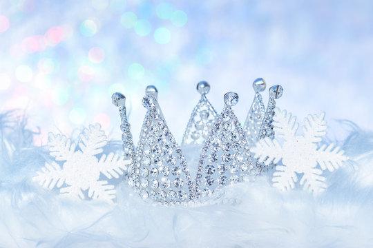 Winterlicher Hintergrund mit Krone und Schneekristallen Weihnachtsdekoration