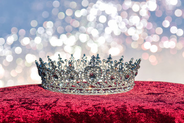 Edle Krone auf Stoff mit Glitzer Hintergrund Reichtum und Herrlichkeit