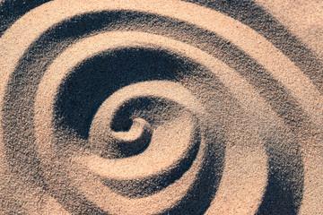 Foto op Canvas Spiraal Gedrehte Struktur Form im Sand von der Seite mit Licht und Schatten Effekt Kontrast