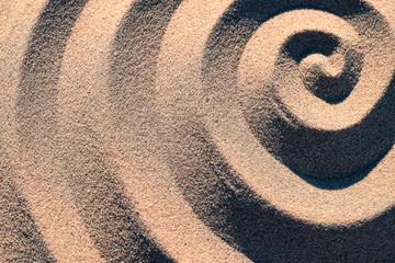 Spirale Struktur Form im Sand von der Seite mit Licht und Schatten Effekt Kontrast
