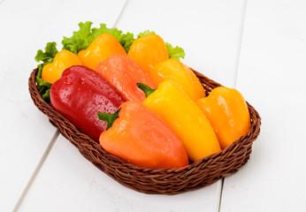 Peperoni gialli e rossi nel cesto