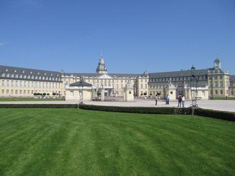 Schloss Karlsruhe mit Wiese