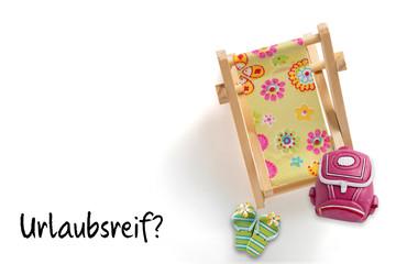 """Figuren wie Liegestuhl, Rucksack und Badelatschen als Symbol für Reisen und die Frage """"Urlaubsreif?"""""""