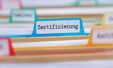 Akten mit der Beschriftung Zertifizierung