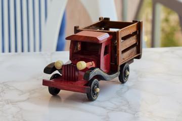 макет старинного автомобиля из дерева