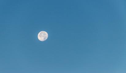 Mond am Tag, blauer Himmel