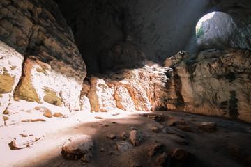 Spiraglio di luce illumina le rocce dentro la cava Prohodna, Karlukovo, Bulgaria