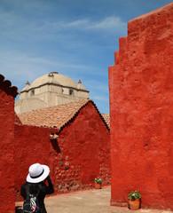 Een vrouw die foto& 39 s maakt van gebouwen met levendige kleuren in het Santa Catalina-klooster, Arequipa, Peru