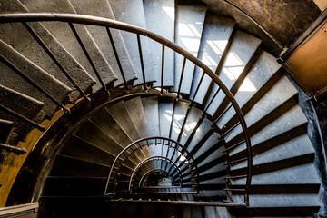 Escalier dans un vieil immeuble à Thiers