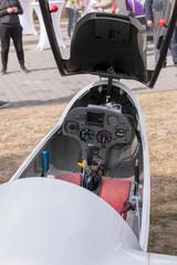 Blick ins Cockpit eines Segelflugzeuges