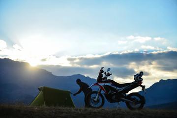 motosikletçi için kamp zamanı