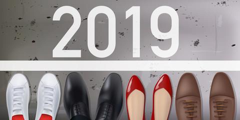 2019 - des hommes et des femmes symbolisé par différentes chaussures, sont sur une ligne de départ pour la nouvelle année.