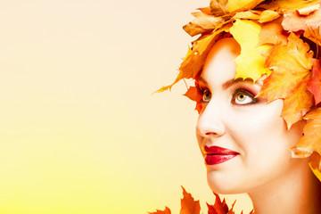 Довольная женщина с красными губами в образе осени.