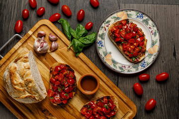 Bruschetta con pomodori e basilico