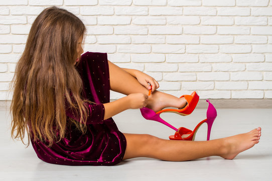 girl measures shoes